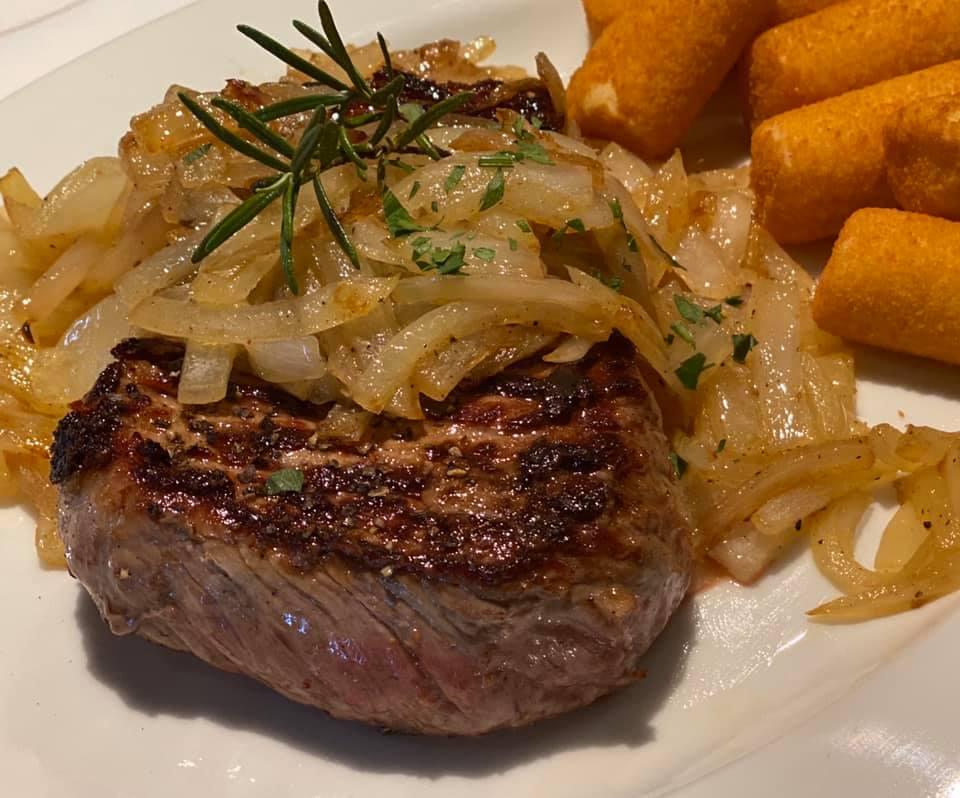 Aktuelles Angebot:<br /> 300g gebratenes Rumpsteak vom argentinischen Black Angus Beef<br /> mit gebratenen Zwiebeln und Kroketten<br /> € 20,00